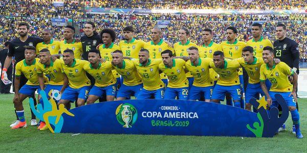 Футболисты сборной Бразилии перед финальным матчем Кубка Америки 2019 года против сборной Перу