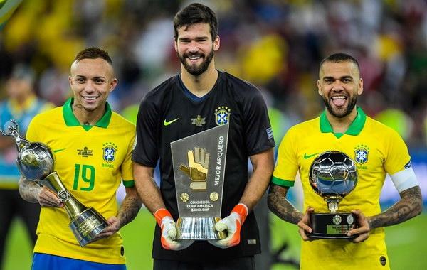 Футболисты сборной Бразилии - Эвертон, Алиссон и Даниел Алвес